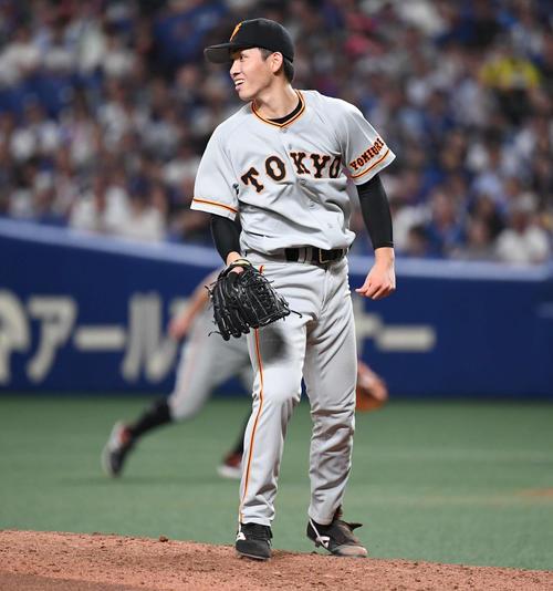 中日対巨人 7回裏中日無死、高橋は福田が放った左前打を見つめる(撮影・山崎安昭)