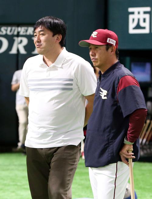 7月、ソフトバンク戦の試合前に話す石井GM(左)と平石監督