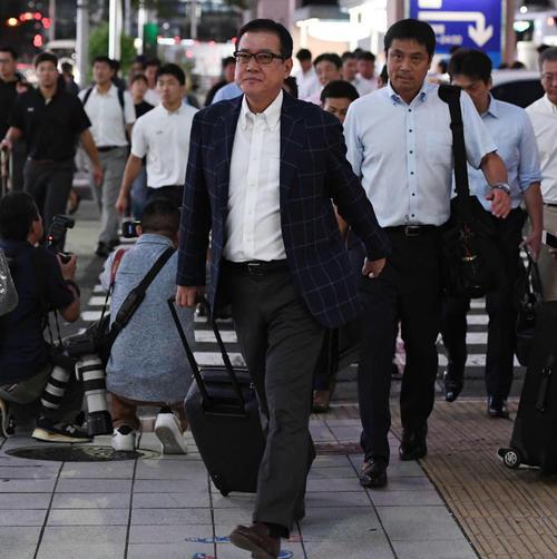 名古屋入りした巨人原監督(中央)は迎えのバスへ向かう(撮影・山崎安昭)