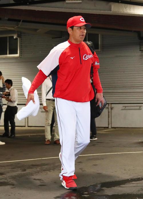 試合が雨天中止となり、球場を後にする広島緒方監督(撮影・足立雅史)