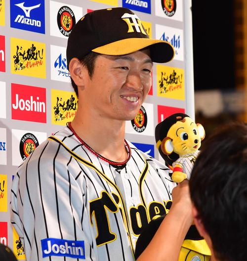 阪神対ヤクルト お立ち台でヒーローインタビューを受ける近本光司(撮影・清水貴仁)
