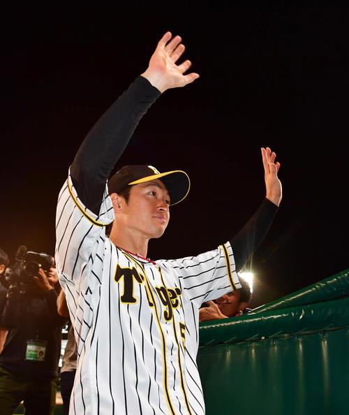 阪神対ヤクルト 試合後、場内1周でファンにあいさつする近本(撮影・清水貴仁)
