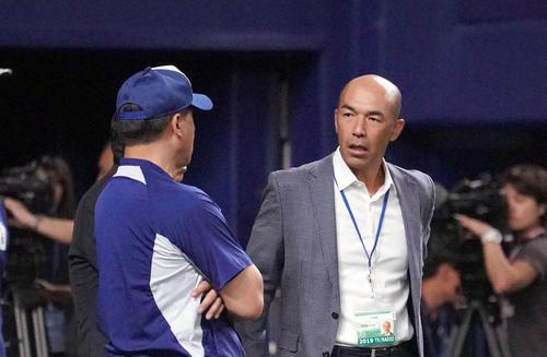 試合前練習、話をする和田一浩氏と与田剛監督(撮影・森本幸一)