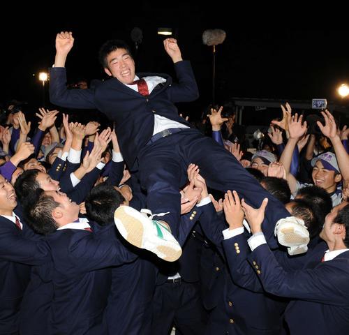野球部員に胴上げされ大喜びの花巻東・菊池(2009年10月29日撮影)