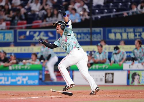 8月6日、ロッテ対ソフトバンク 11回裏ロッテ1死一塁、清田はサヨナラ本塁打を放つ(撮影・丹羽敏通)