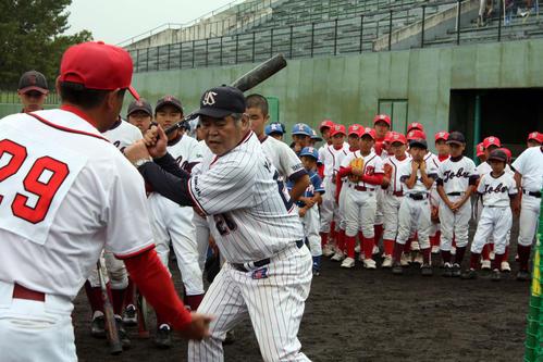 16日、米沢市内の子供たちに打撃指導する八重樫氏(手前右)