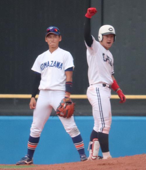 駒大対中大 3回裏中大1死満塁、左翼線へ2点適時二塁打を放ちガッツポーズする牧(右)。左は駒大・新田(撮影・古川真弥)