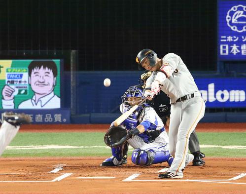 DeNA対巨人 1回表巨人無死一塁、先制の中越え2点本塁打を放つ坂本勇。投手平良(撮影・河野匠)