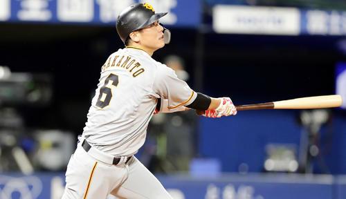 DeNA対巨人 9回表巨人無死、坂本勇は右翼ソロ本塁打を放つ(撮影・浅見桂子)