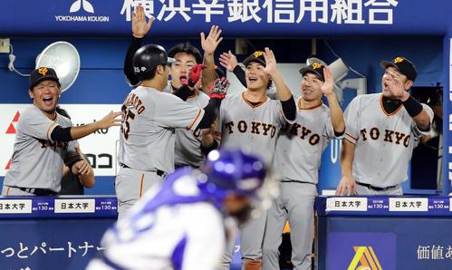 DeNA対巨人 9回表巨人1死、岡本(左)がソロ本塁打を放ち、大喜びで迎える巨人ナイン(撮影・浅見桂子)
