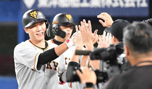 DeNA対巨人 1回表巨人無死一塁、2点本塁打を放った坂本勇はチームメートとタッチをかわす(撮影・山崎安昭)