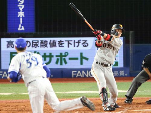 DeNA対巨人 2回表巨人2死一、三塁、左翼に適時打を放つ亀井。投手平良(撮影・河野匠)