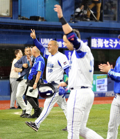 DeNA対広島 11回延長無死一、二塁、ソト(手前)がサヨナラ3点本塁打を放ち、笑顔でVサインするラミレス監督(撮影・浅見桂子)