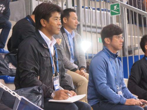 侍ジャパン稲葉監督(左)は建山投手コーチ(右)らとともにスコアブックをつけながら、イスラエル-オランダ戦を視察