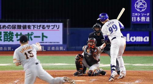 DeNA対巨人 8回裏DeNA1死一塁、ソトは死球を受ける。投手沢村(撮影・浅見桂子)