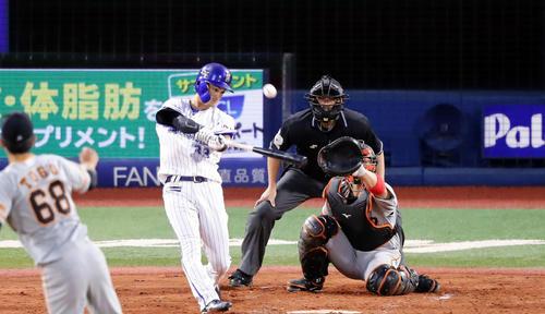 DeNA対巨人 3回裏DeNA2死二塁、乙女坂は右翼2点本塁打を放つ。投手戸郷(撮影・浅見桂子)