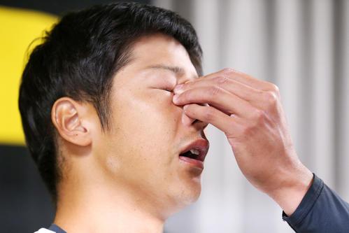 引退会見を終え記者団の質問で感極まり涙する横田慎太郎(撮影・上山淳一)