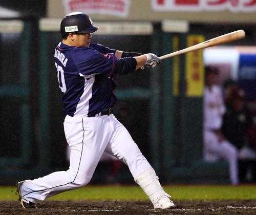 楽天対西武 8回表西武2死一塁、左越え2点本塁打を放つ中村(撮影・横山健太)