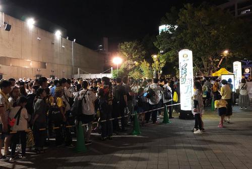 阪神鳥谷の缶バッチを求めて、試合後に長打の列が出来た(撮影・磯綾乃)