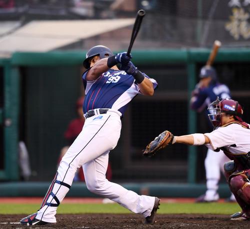 楽天対西武 8回表西武2死満塁、左中間へ3点適時二塁打を放つメヒア(撮影・横山健太)