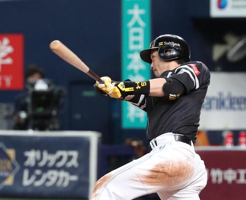 6回表ソフトバンク1死、松田宣浩は右越え三塁打を放つ(撮影・白石智彦)