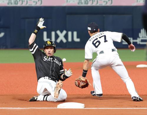 6回表ソフトバンク1死、松田宣浩(左)は右越え三塁打を放ち三塁に滑り込む(撮影・白石智彦)