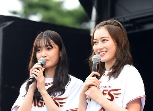 楽天対西武 ステージに登場した欅坂46の石森虹花(左)と守谷茜(撮影・横山健太)