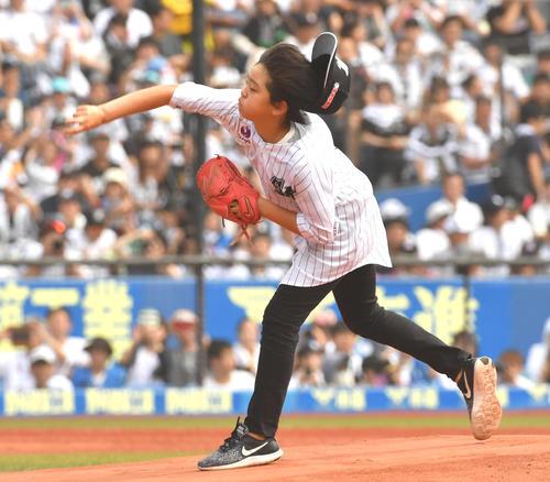 ロッテ対日本ハム、福浦の次男が始球式を務めた(撮影・柴田隆二)