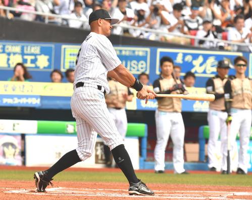 ロッテ対日本ハム、始球式で息子が投げ、打者に立った父福浦(撮影・柴田隆二)