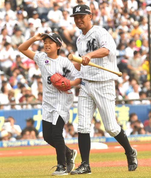 ロッテ対日本ハム、親子で始球式を務めた福浦と次男(撮影・柴田隆二)