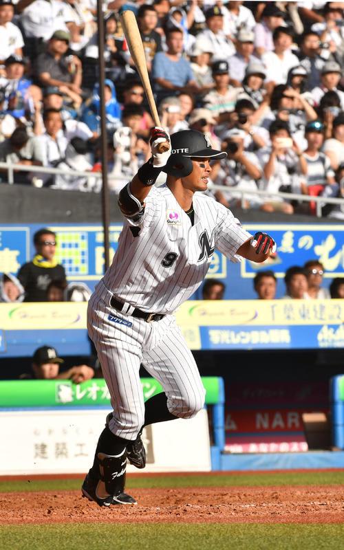 ロッテ対日本ハム、5回裏ロッテ無死一塁、福浦は右飛に倒れる(撮影・柴田隆二)