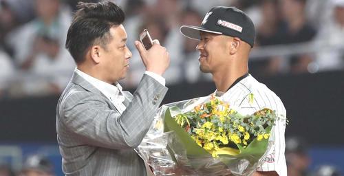 ロッテ対日本ハム 引退セレモニーで福浦(右)と「自撮り」するサブロー(撮影・黒川智章)