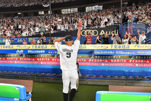 引退セレモニーでファンにお別れする福浦(撮影・柴田隆二)