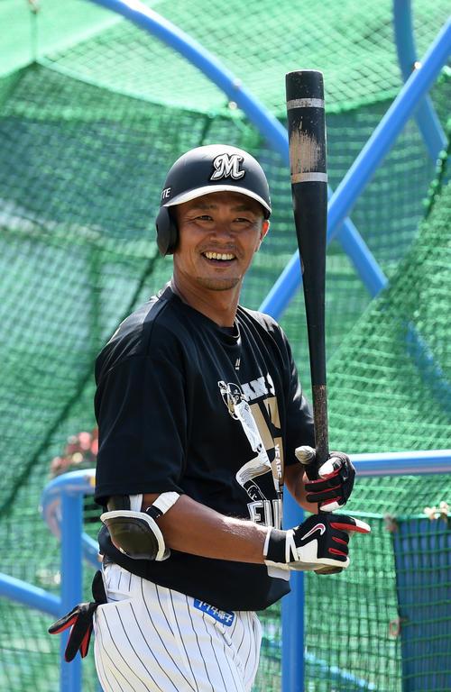 引退試合を前に、打撃練習で笑顔を見せるロッテ福浦(撮影・柴田隆二)