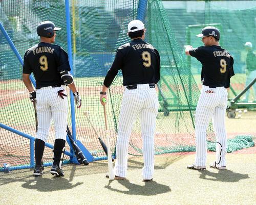 引退試合を前に、ナインが背番号9のユニフォームで練習、左端ロッテ福浦(撮影・柴田隆二)