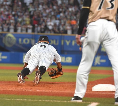 ロッテ対日本ハム、9回表日本ハム2死一塁、平沼の一塁ライナーをダイビングキャッチする福浦(撮影・柴田隆二)