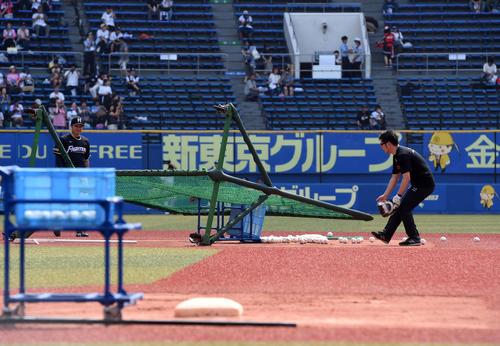 ロッテ対日本ハム戦、試合前には風速19メートルの強風がZOZOマリンスタジアムに吹き荒れネットが倒れた(撮影・柴田隆二)