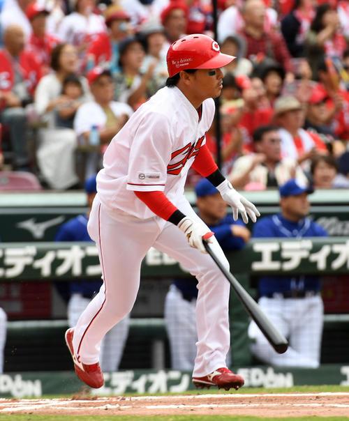 広島対中日 1回裏広島2死三塁、長野は先制の中前適時打を放つ(撮影・前岡正明)