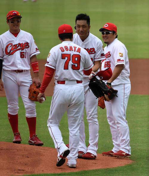 広島対中日 1回、引退試合の登板を追えた永川(中央)は緒方監督から声を掛けられる(撮影・前岡正明)