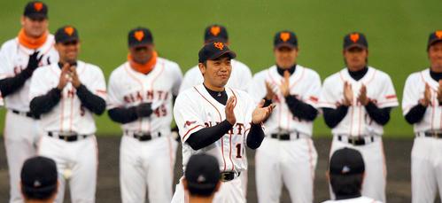 キャンプ終了となり手締めの音頭を取る阿部慎之助主将(2007年2月25日)