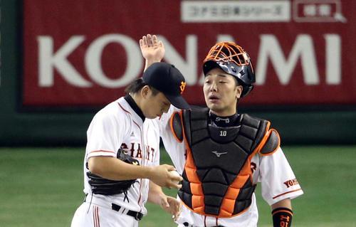 日本シリーズの日本ハム戦で、制球の定まらない沢村の頭をたたいて喝を入れる阿部(2012年10月28日)