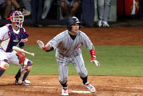 台湾戦で本塁打を放つ阿部慎之助(2008年8月14日)