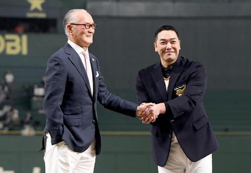 2000安打を達成し名球会のブレザーを長嶋終身名誉監督から贈られ笑顔を見せる阿部(2017年8月26日)