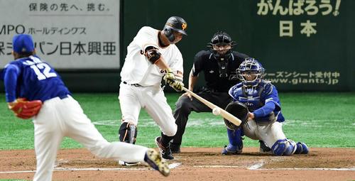 巨人対中日 6回裏巨人2死、通算400号となる右越え本塁打を放つ阿部(撮影・横山健太)