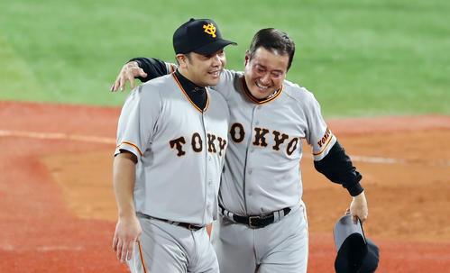 5年ぶりの優勝を決め、原監督と阿部慎之助は抱き合って喜ぶ(2019年9月21日)
