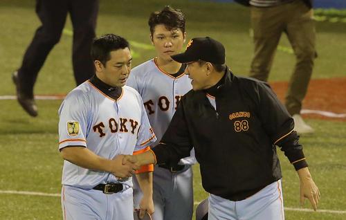 CS敗退して阿部と握手を交わす原監督。中央は坂本(2015年10月17日)