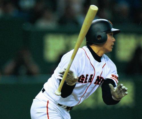 01年4月、阿部は右越えにプロ初本塁打を放つ