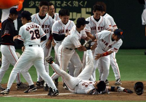 02年8月、阿部はサヨナラ本塁打を放ち本塁上で倒れこみながらガッツポーズ