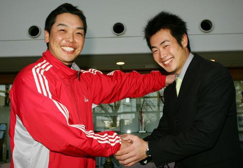 阿部は入寮したばかりの中大の後輩・亀井を握手して励ました(05年01月10日)