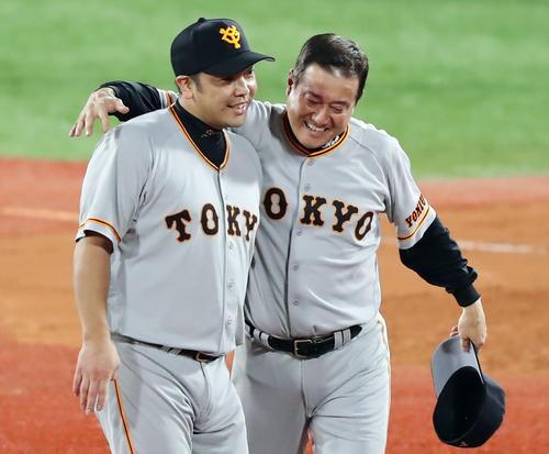 5年ぶりの優勝を決め、原監督と阿部慎之助は抱き合って喜ぶ(2019年9月21日撮影)